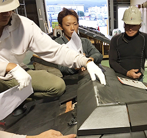 篠原瓦工業では、国家資格である「かわらぶき技能士」をはじめとした、屋根工事の専門資格を持った一流の自社職人が施工にあたります。
