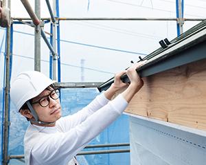 篠原瓦工業は、経験から培った豊富な知識を持った営業担当が親身にお客様のお悩みを伺い、技術も資格も豊富な自社職人が施工を行い、自社による施工管理を行っているため、高品質な施工を実現しています。